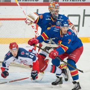 Oliver Lauridsen framför Ryan Zapolskis mål