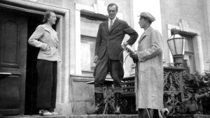 Tuntematon nainen, Ernst von Born ja maisteri Schildt Sarvilahden kartanon portailla. Maisteri Schildt haastattelee Ernst von Bornia.