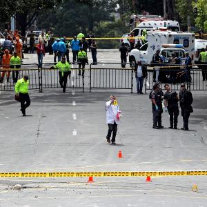 En person dog och ett trettiotal skadades i en explosion nära en tjurfäktningsarena i Colombias huvudstad Bogotá den 19 februari 2017.