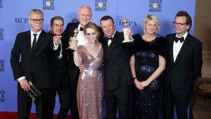 """""""The Crown""""-teamet på Golden Globe-galan. I mitten huvudrollsinnehavaren Claire Foy."""