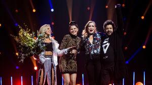 Saara Aalto juhlistamassa voittoaan lavalla Krista Siegfridsin, Joy ja Linnea Debin kanssa Uuden Musiikin Kilpailussa 2018