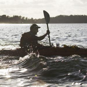 Mikko Peltola meloo merellä.