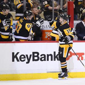 Sidney Crosby gratuleras av sina lagkamrater i avbytarbåset