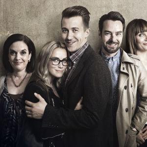 Downshiftaajat Yle TV2:ssa syksyllä 2016, kuvassa Kuvassa vasemmalta: Marja-Liisa (Anna-Leena Härkönen), Satu (Iina Kuustonen), Tommi (Jussi Vatanen), Aaro (Mikko Leppilampi) ja Pia (Niina Lahtinen).