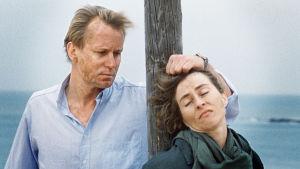 Stellan Skarsgård och Katja Flint i en scen ur Den demokratiske terroristen.