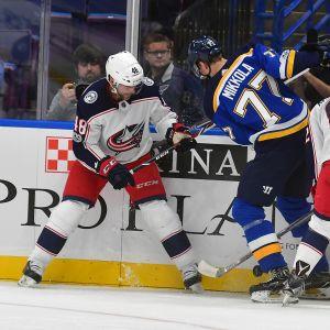 Niko Mikkola spelar träningsmatch för St. Louis Blues.