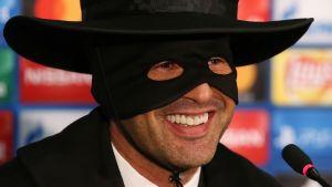 Fotbollstränaren Paulo Fonseca utklädd till Zorro.