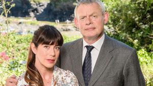 Tohtori Martin Ellinghamin perheessä eletään kiireisiä ruuhkavuosia. Päärooleissa Caroline Catz ja Martin Clunes.