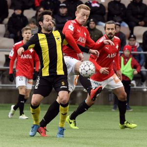 Mikael Forssell kämpar om bollen.