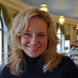 Maria Sid i Svenska teaterns café.