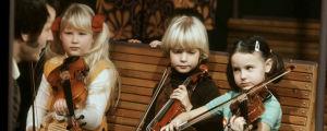 Viuluviikarit junassa 1979. Opettaja Géza Szilvay (vas.), Linda Lampenius, Maiju Paukkunen ja Réka Szilvay.