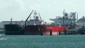 Oljetankers i hamn.