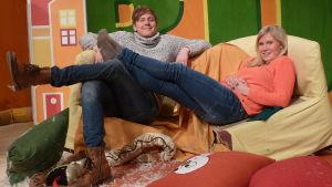 Två BUU-klubbsledare halvligger på soffan