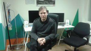 Regissören Ari Matikainen sitter vid sitt arbetsbord på kontoret.