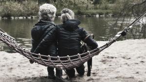 Två kvinnor i en hängmatta