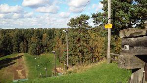 Liten skylt varnar för fara i hoppbacken i Hertonäs ännu i september 2015.
