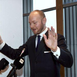 Sampo Terho håller tal strax efter att han valts till ordförande på Blå framtids partistämma i Tammerfors.