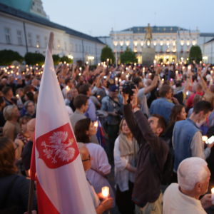 Polacker protesterar mot regeringens lagförslag som skulle urholka domstolsväsendet.