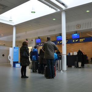 Resenärer på Vasa flygplats.