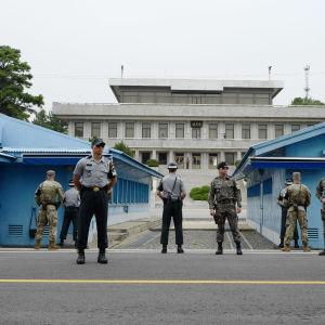 Sydkoreanska soldater vaktar gränsen i byn Panmunjom i den demilitariserade zonen mellan Nordkorea och Sydkorea.