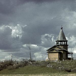 Alkuperäinen kuvateksti: Sununsuun kylän tsasouna, käytössä puimahuoneena. Ryssä kaatanut kalmiston kaikki puut puolustustarkoituksessa.