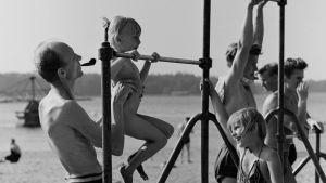 Man röker pipa och lyfte barn på motionsställning