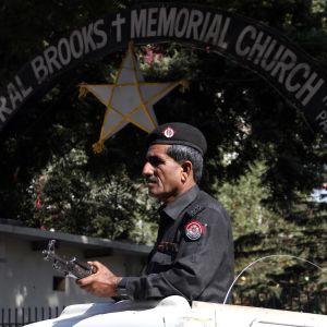 Säkerhetsstyrkor hårdbevakar kyrkor över hela Pakistan efter en lång rad terrordåd