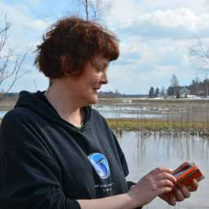 Ghita Bodman fotad i profil då hon håller i sin telefon.