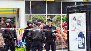 Poliser utanför den stormarknad där knivattacken i Hamburg inträffade 27.7.2017