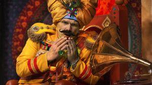 en av karaktärerna i teaterpjäsen Mördarens apa