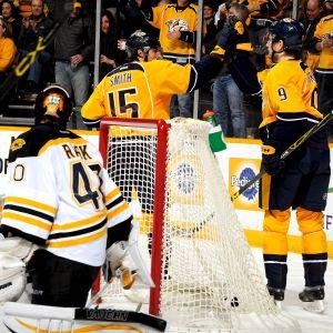 Craig Smith (nummer 15) firar ett mål i NHL tidigare under säsongen.
