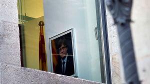 Porträttet av Carles Puigdemont hänger kvar i regeringspalatset i Barcelona.
