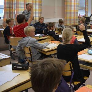 Lågstadiebarn i Cygnaeus skola