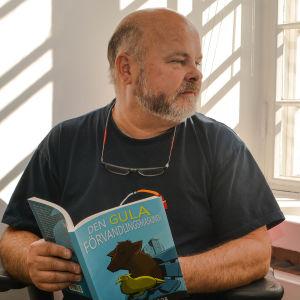 Fredrik Geisor med sin bok Den gula förvandlingsmaskinen