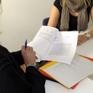 En rekryterare och en arbetssökande går igenom en platsansökan.