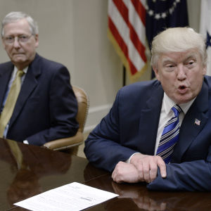 Donald Trump (t.h.) och Mitch McConnell