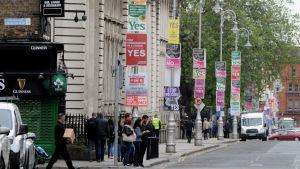Gatubilden präglas av valaffischer inför folkomröstnignen om abort i Irland i maj 2018.