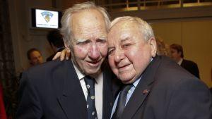 Aarne Honkavaara och Gustav Bubnik firar Finlands ishockeyförbunds 80-årsjubileum.