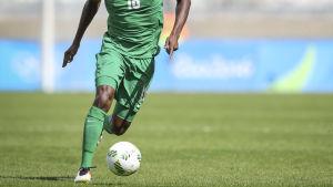 En nigeriansk spelare löper med bollen.