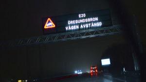 Skylt visar att Öresundsbron är avstängd.