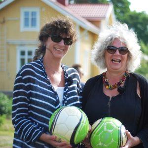 Lise Torstensen och Kari-Anne Torstensen ska spela fotisgolf