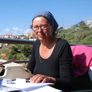 SusanneRingell sitter och skriver med fin utsikt