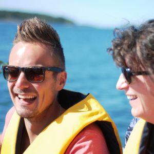 Jontti Granbacka och Lise Torstensen åker båt från Kasnäs till Brännskär