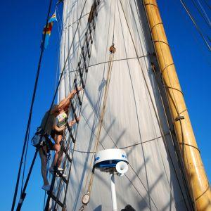 Amanda Wallander och Michelle Wanström klättrar i masten till galeasen Albanus i samband med Ålands sjödagar