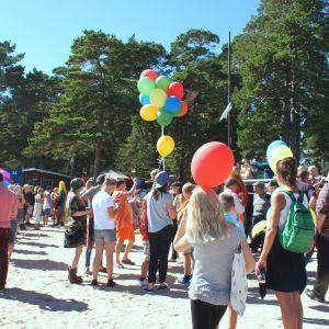Folk samlade på strand Plagen i Hangö för Hangö Pride 2016.