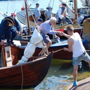 Jontti Granbacka hjälper Audun Adsen i land efter rekonstruktionen av sjöslaget vid Rilax