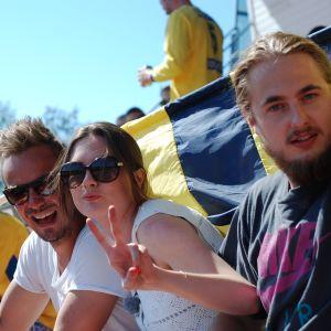 Jontti Granbacka, Catherine Henriksson och Carl Fohlin hejar på Kraft Närpes tillsammans med hejarklacken