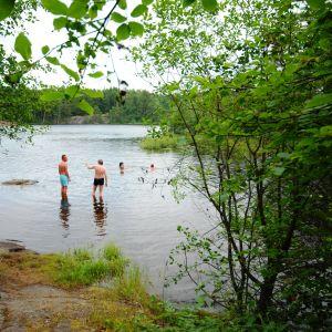Lise Torstensen, Kari-Anne Torstensen och Jontti Granbacka tar sig ett dopp efter bastun med gästfria Dalsbruksbor.