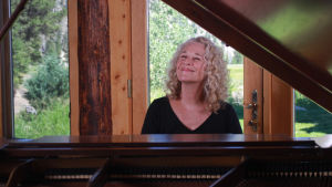 Carole King flyygelin ääressä. Kuva dokumentista Carole King: Natural Woman.