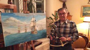 Merikapteeni Matti Airio inspiroituu merihitoriasta ja siihen liittyvistä esineistä. Oma maalaus fiktiivisestä tilanteesta merellä 1600-luvulla, jolloin Ranska ja Englanti taistelivat allianssina Hollantia vastaan lyhyessä sodassa. Oktantti tuli mukaan hi